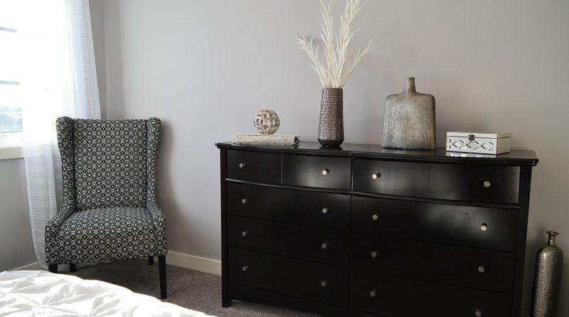 Křesla vládnou moderním interiérům. Učarují vám sedací vaky nebo houpací alternativy?