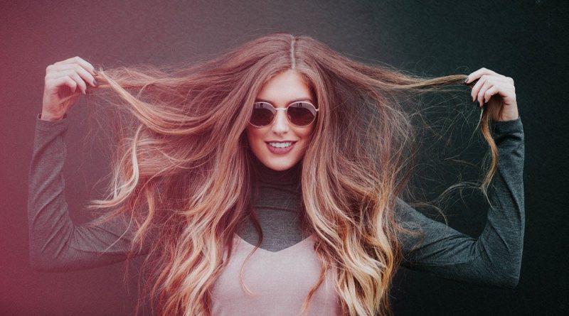 Péče o vlasy v zimě je jiná než v létě. Jak se o ně starat, když teploty dosahují vysokých hodnot?