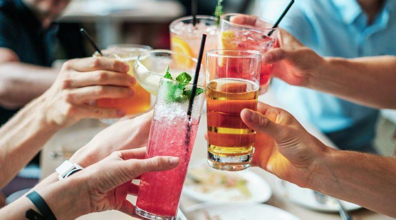Jak uspořádat oslavu bez starostí? Vsaďte na rozvoz jídel i úklidovou firmu